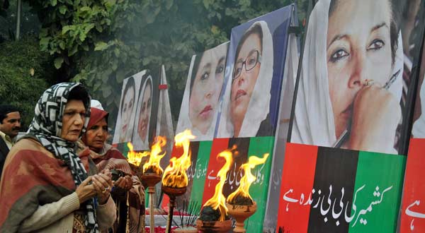 Supporters of slain premier Benazir Bhutto pray as they gather on the sixth anniversary of Bhutto's assassination, at a rally in eastern Pakistan's Lahore on Dec. 27, 2013. Bhutto was assassinated on Dec. 27, 2007 following an electioneering rally at Liaqat Bagh Park in Rawalpindi. (Xinhua/Sajjad)