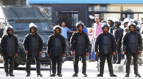 People look on from a bus behind riot police after they closed streets during a demonstration in Cairo, Egypt, in this April 15, 2016 photo. (REUTERS)