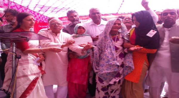 CPM leader Brinda Karat and BBA leader Hannan Molla present a donation check of Rs 3 lakh to Pehlu Khan's mother during the dharna at Jantar Mantar in New Delhi on Wednesday.